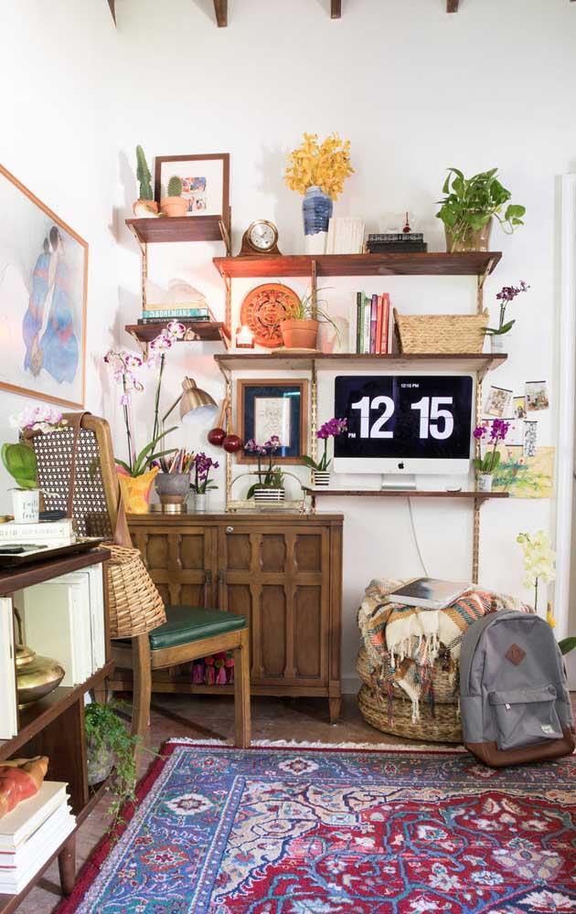 O home office trouxe a beleza rústica e exótica das orquídeas Vanda para ajudar na composição do ambiente