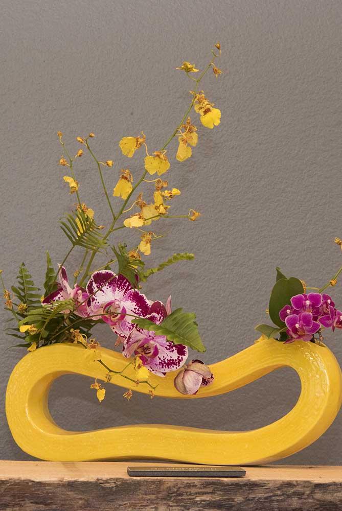 Arranjo cheio de cor e vida com a orquídea Vanda e a orquídea Chuva de ouro