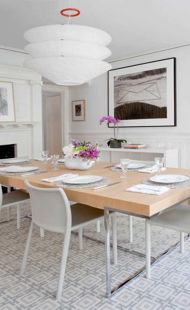 O centro dessa mesa de jantar foi decorado com flores da orquídea Vanda