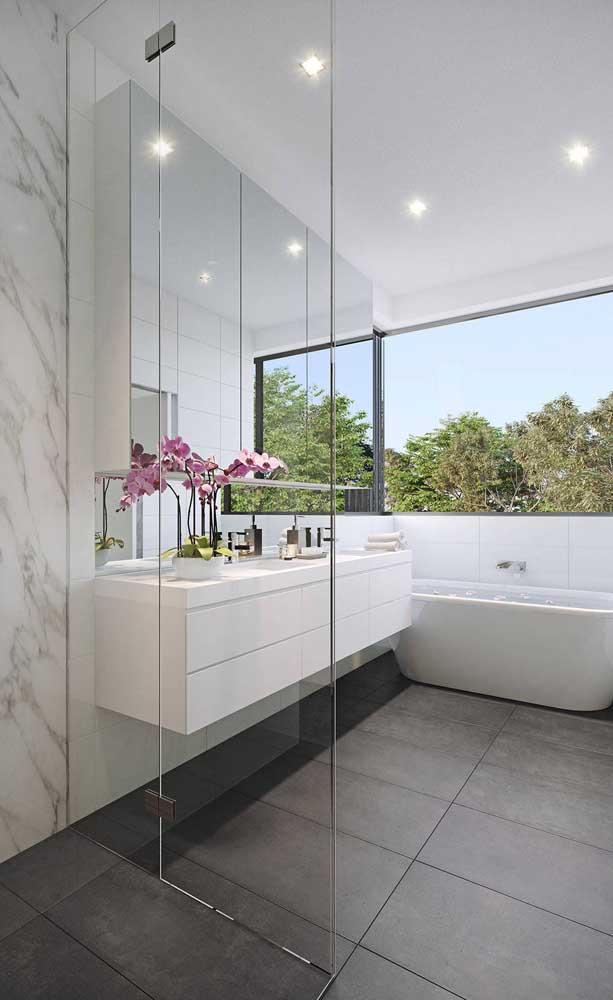 Todo banheiro moderno e elegante deveria contar com um vaso de orquídeas na decoração