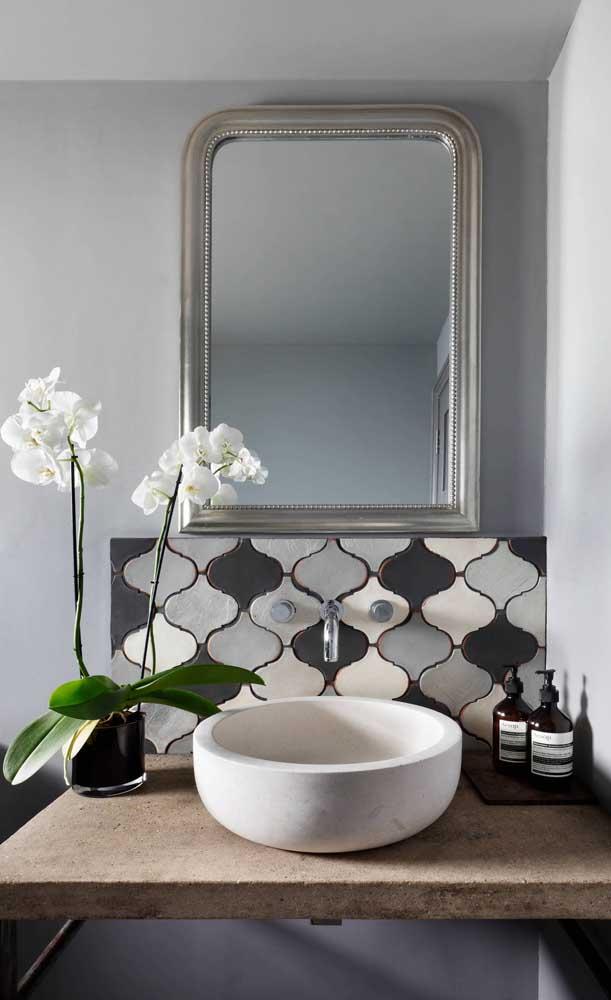 Orquídea Vanda branca na bancada do banheiro