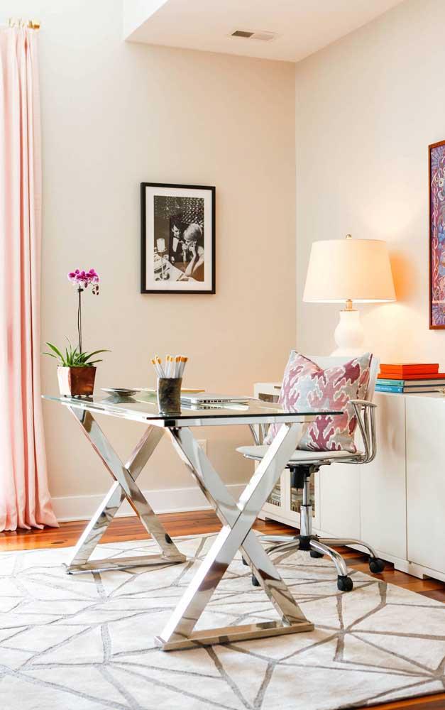 A mesa do escritório fica mais bonita com o vaso de orquídea