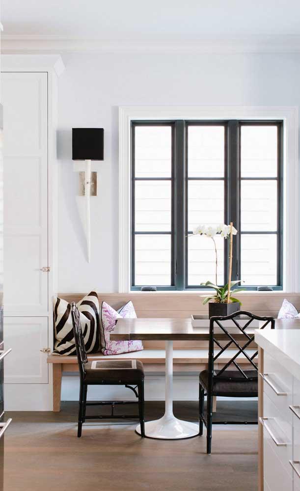 A ampla janela traz toda a iluminação que a orquídea Vanda precisa