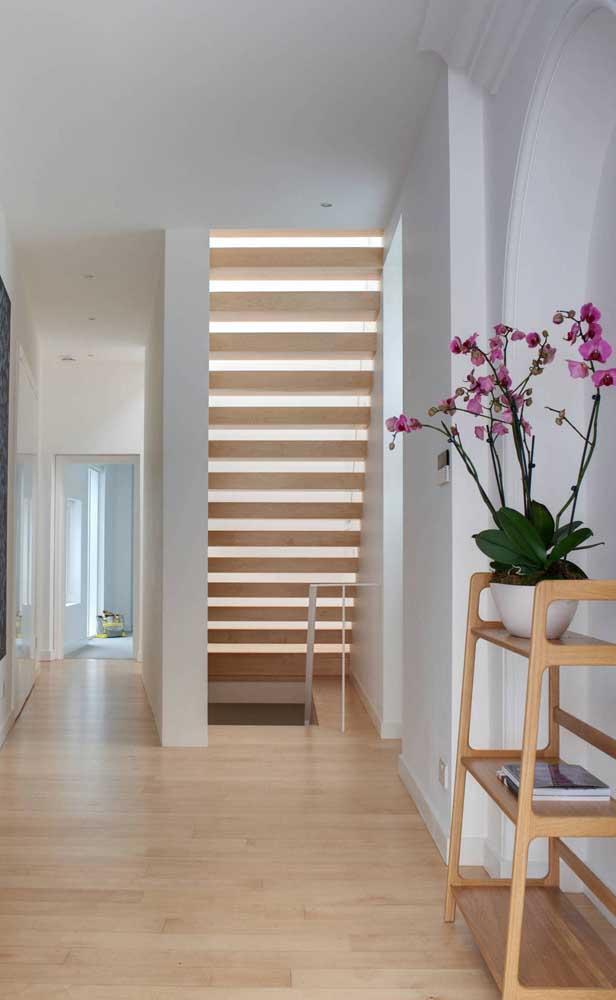 Aquele corredor vazio e sem graça da sua casa pode ser valorizado com um belo exemplar de orquídea Vanda