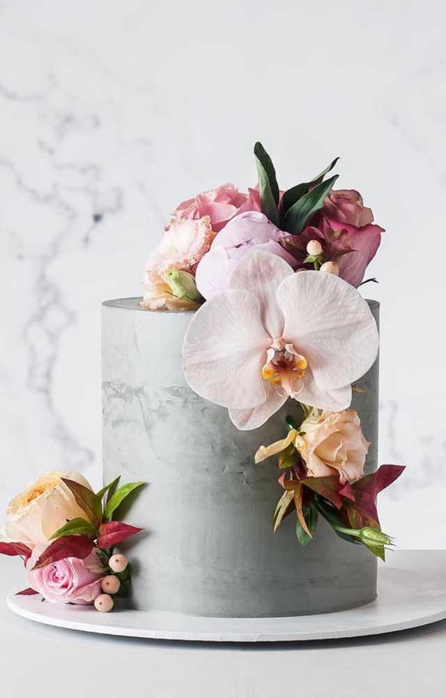 Que inspiração linda e diferente! Orquídeas Vanda decorando o bolo