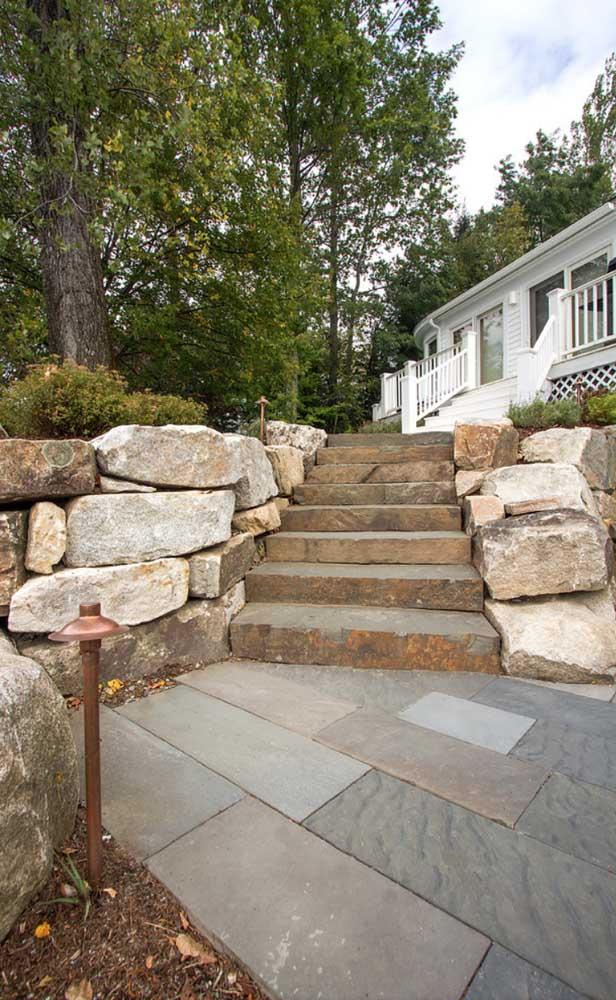 Pedra São Tomé mesclada para combinar com a escada e o muro de pedra da área externa da casa