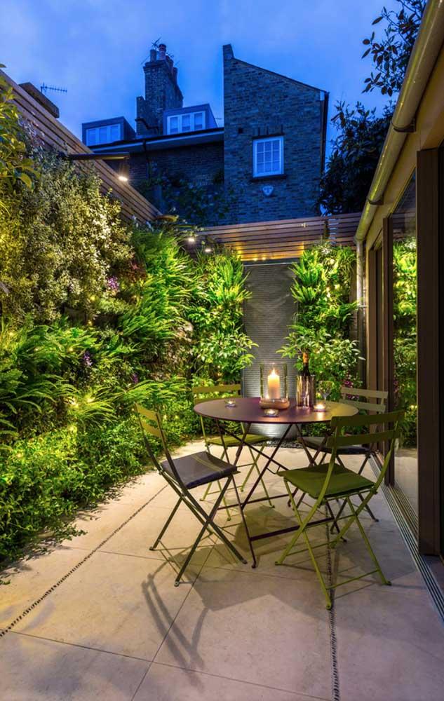 Esse cantinho super relaxante da casa conta com jardim vertical e pedra São Tomé quadrada para revestir o piso