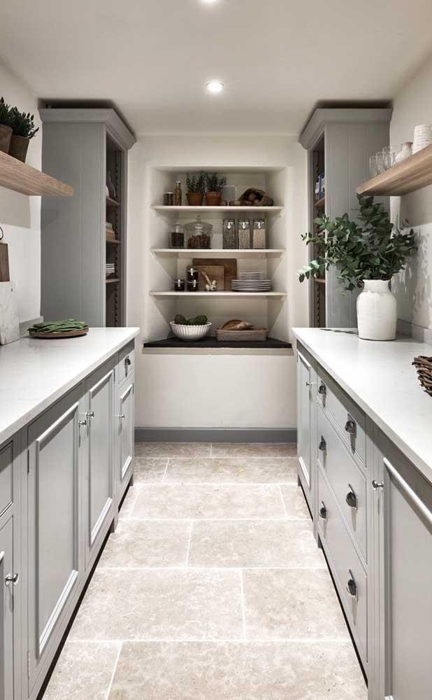 A cozinha ficou perfeitamente elegante e rústica com a aplicação da pedra São Tomé como revestimento para o chão