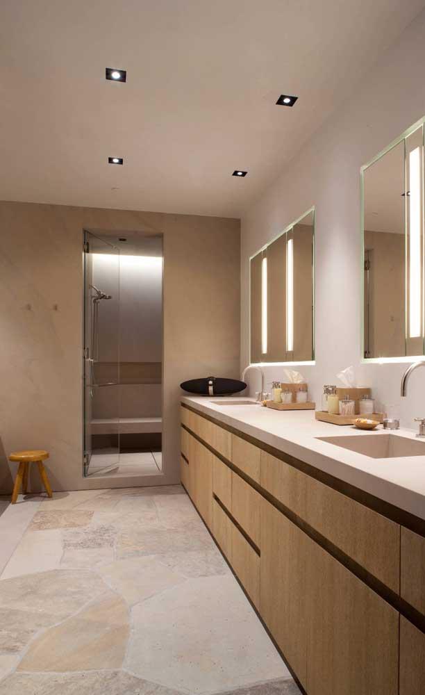 O banheiro ficou moderno e elegante com pedra São Tomé amarela com corte caco