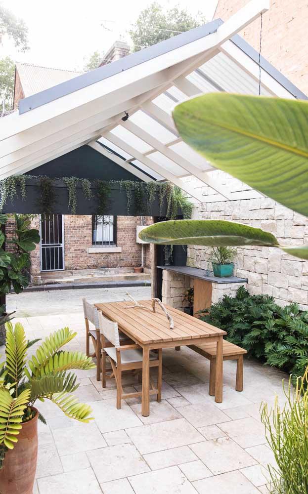 Espaço verde e super convidativo revestido com pedra São Tomé branca no piso