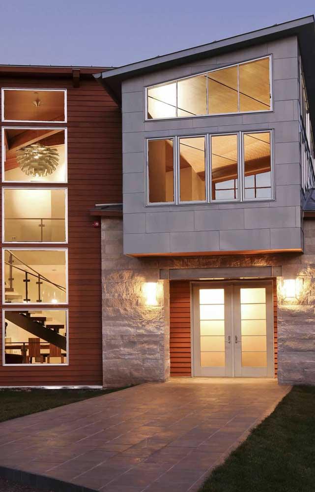 Casa moderna com fachada revestida com pedra São Tomé