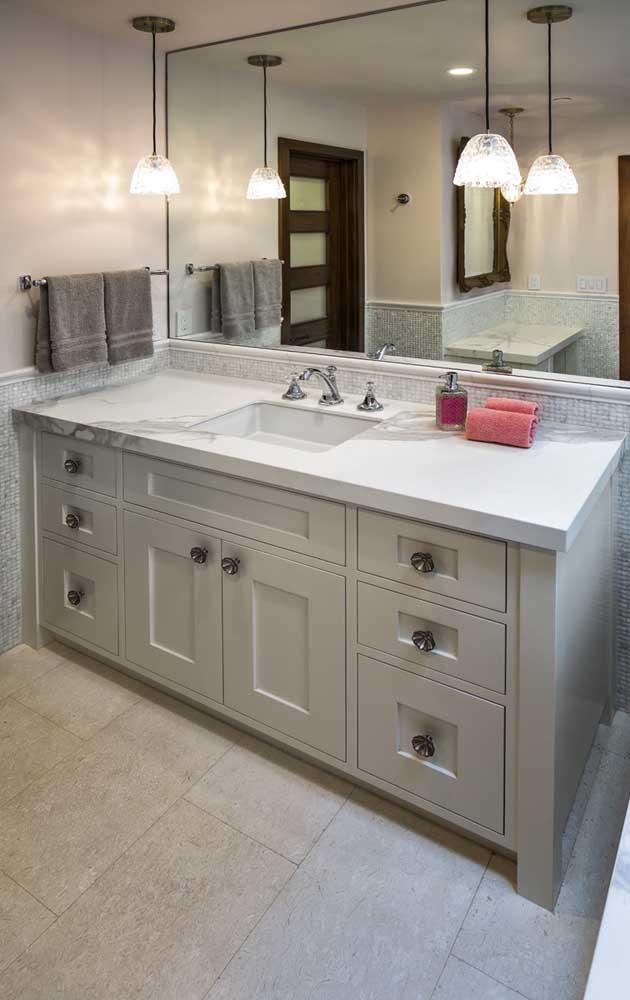 Banheiro revestido com pedra São Tomé retangular, corte perfeito para ambientes mais uniformes e simétricos