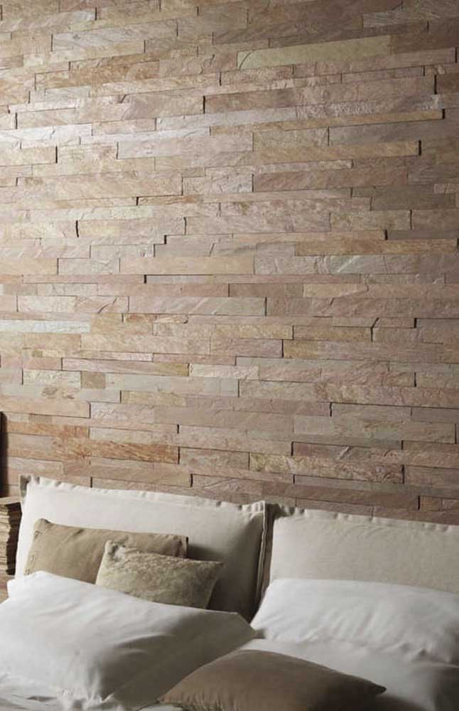 A parede da sala de estar ganhou a aplicação de pedras São Tomé em filetes; repare nas diferentes profundidades da pedra garantindo um maior movimento para o ambiente