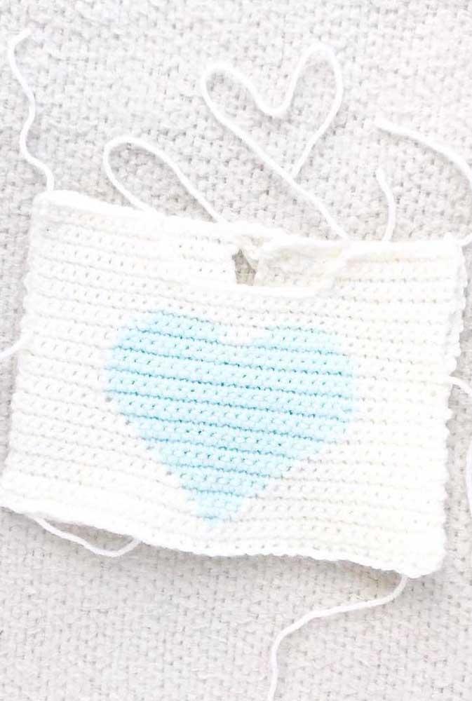 Um modelo simples de peça feita em crochê Tunisiano, com detalhes no coração