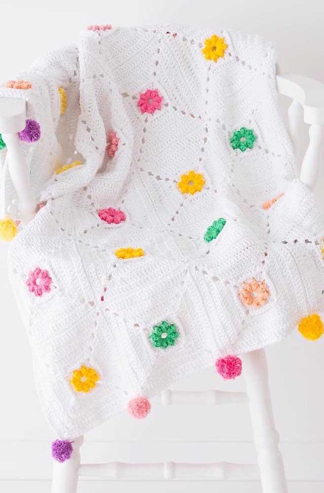 Mantinha branca com detalhes coloridos toda feita na técnica do crochê Tunisiano