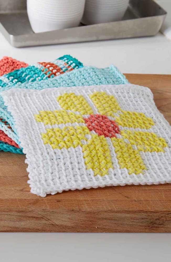 Inspiração de squares em crochê Tunisiano com detalhes de flores delicadas no centro