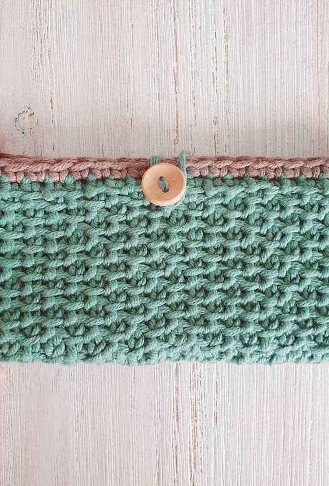 Carteira confeccionada com a técnica de crochê Tunisiano; destaque para o botão como fecho da peça