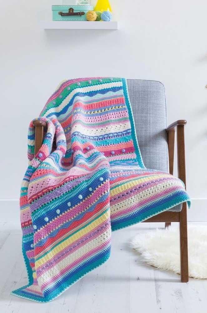 A poltrona ganhou mais vida com a manta colorida feita em crochê Tunisiano