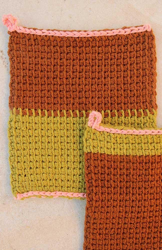 Nesse modelo, a técnica do crochê Tunisiano foi feita em duas cores de fio de lã, sendo que o fio em rosa dá o acabamento