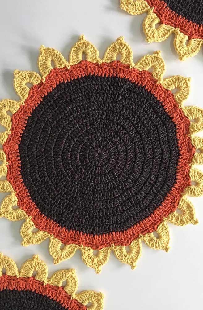 Suporte de pratos com cores quentes feitos em crochê Tunisiano