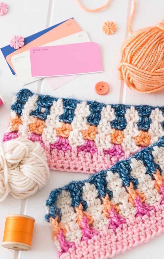 Aqui, os fios de lã foram os escolhidos para produzir as peças em crochê Tunisiano
