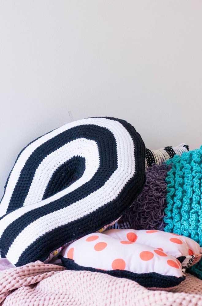Almofada em crochê Tunisiano nas cores preto e branco; combina com diferentes estilos de decoração