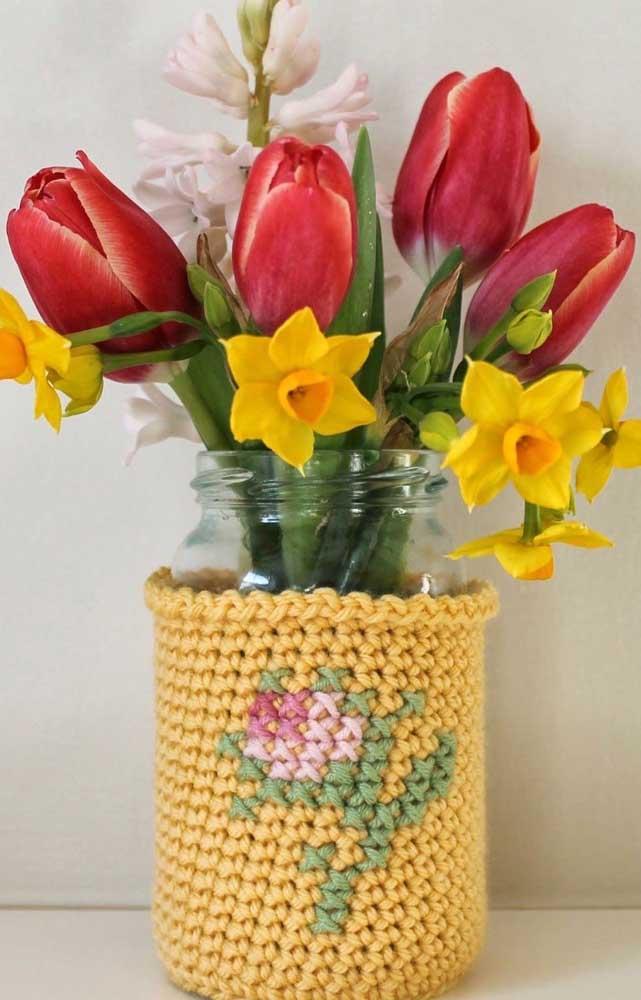 Inspiração de peça para cobrir o vaso de vidro feita em crochê Tunisiano amarelo com flor