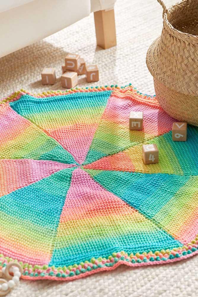 Tapete divertido com cores alegres feito em crochê Tunisiano; destaque para os detalhes na barra