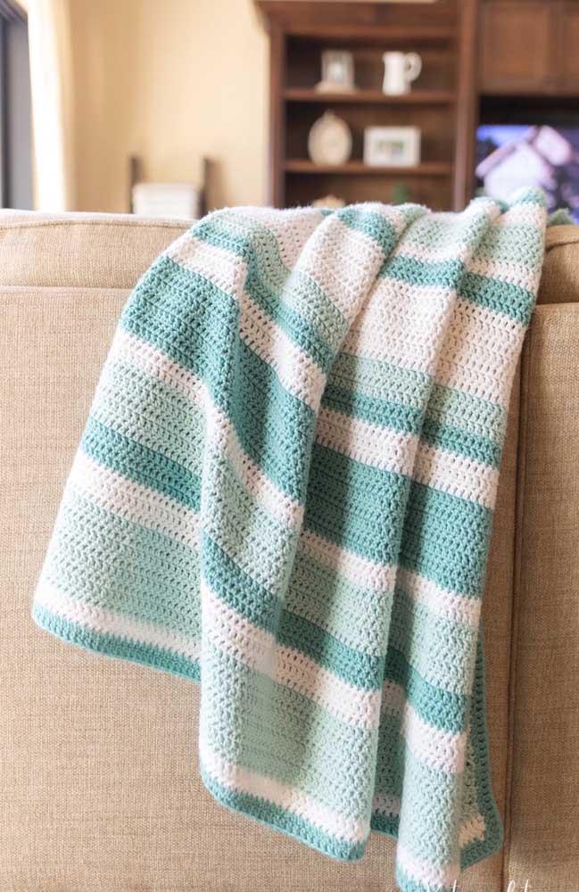Manta de crochê Tunisiano em tons diferentes de azul e branco para o sofá