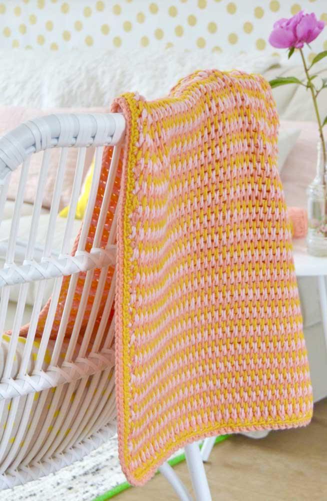 Essa cadeira ganhou a companhia de uma manta de crochê Tunisiano colorida