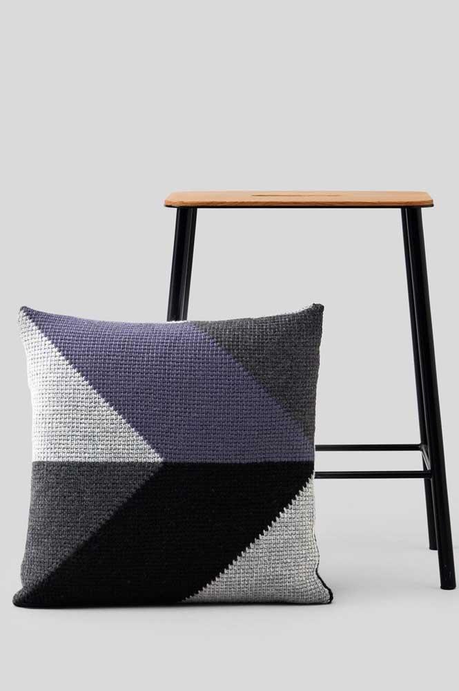 Almofada em crochê Tunisiano com cores neutras e modernas; ideais para ambientes de estilo clean