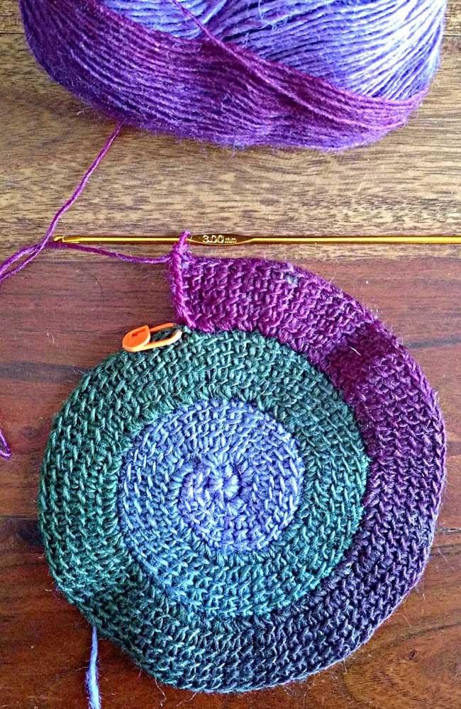 Crochê Tunisiano redondo em formato de caracol feito em diferentes cores