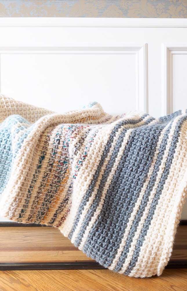 Manta para sofá em cores neutras feita em crochê Tunisiano