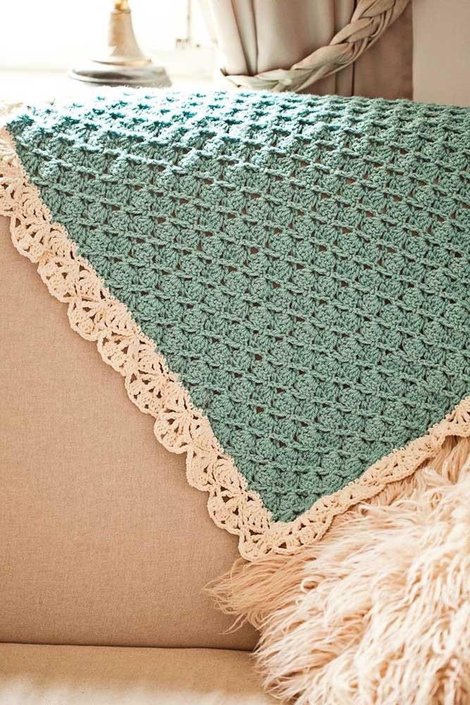 Manta azul turquesa em crochê Tunisiano com acabamento em linhas brancas; um mimo para a decoração da sala