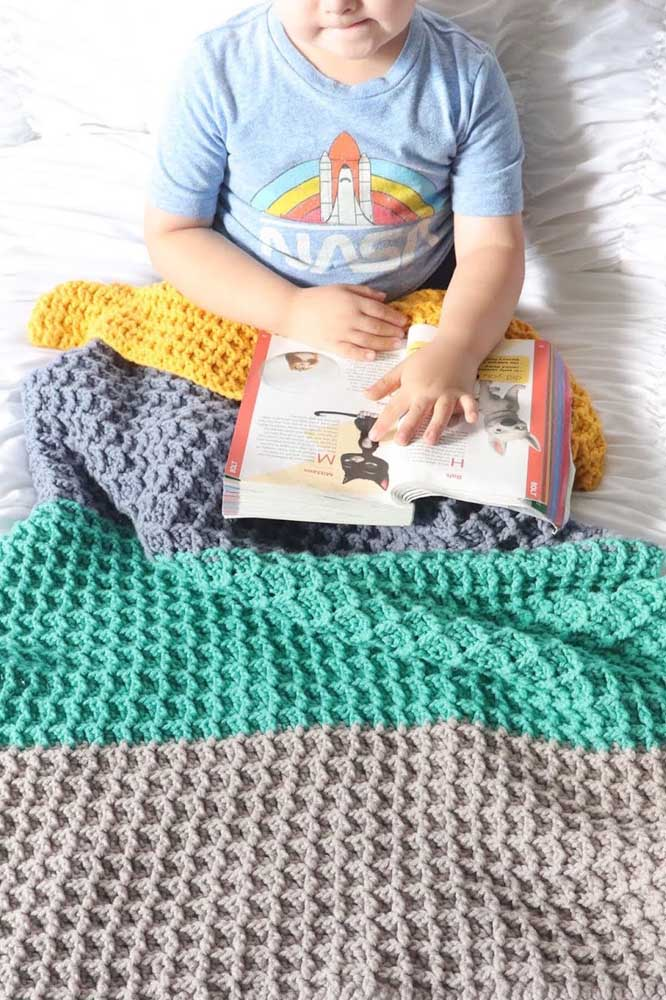 Cobertor para crianças com padrão de linhas em cores diferentes usando a técnica do crochê Tunisiano