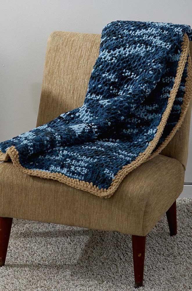 A poltrona elegante ganhou uma manta toda feita em crochê Tunisiano