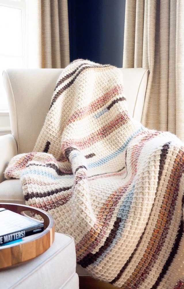Manta feita em crochê Tunisiano, delicada e aconchegante, para usar sobre a poltrona