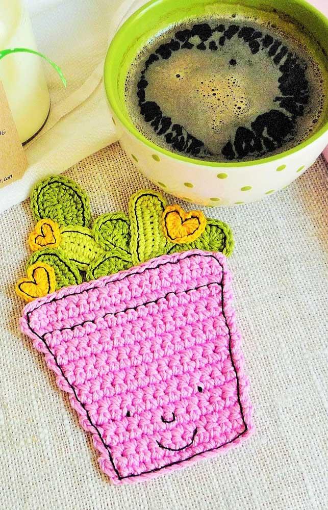 Tem porta copos também produzidos na técnica do crochê Tunisiano