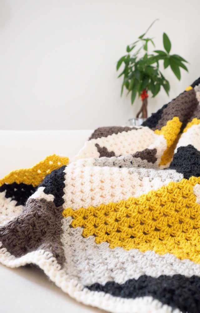 Manta delicada em crochê Tunisiano feita em cores quentes e reconfortantes