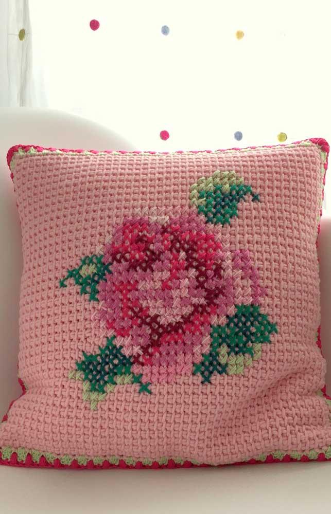 Uma linda almofada feita em crochê Tunisiano para decorar a sala