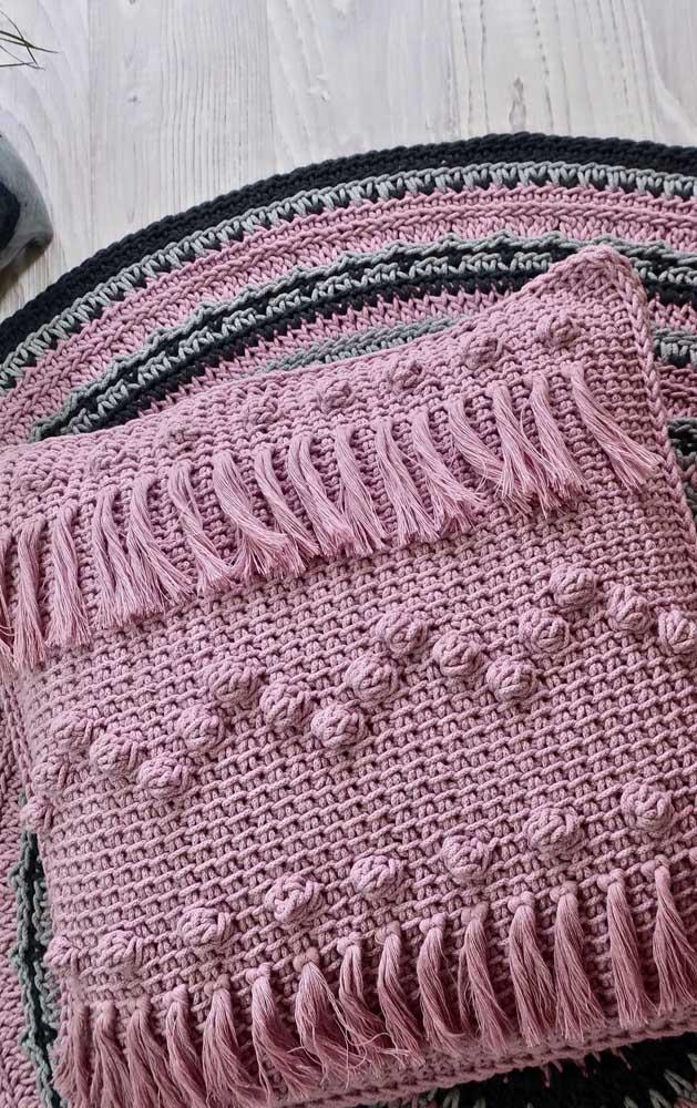 Almofadas com acabamento em crochê Tunisiano com pontos variados na cor rosa