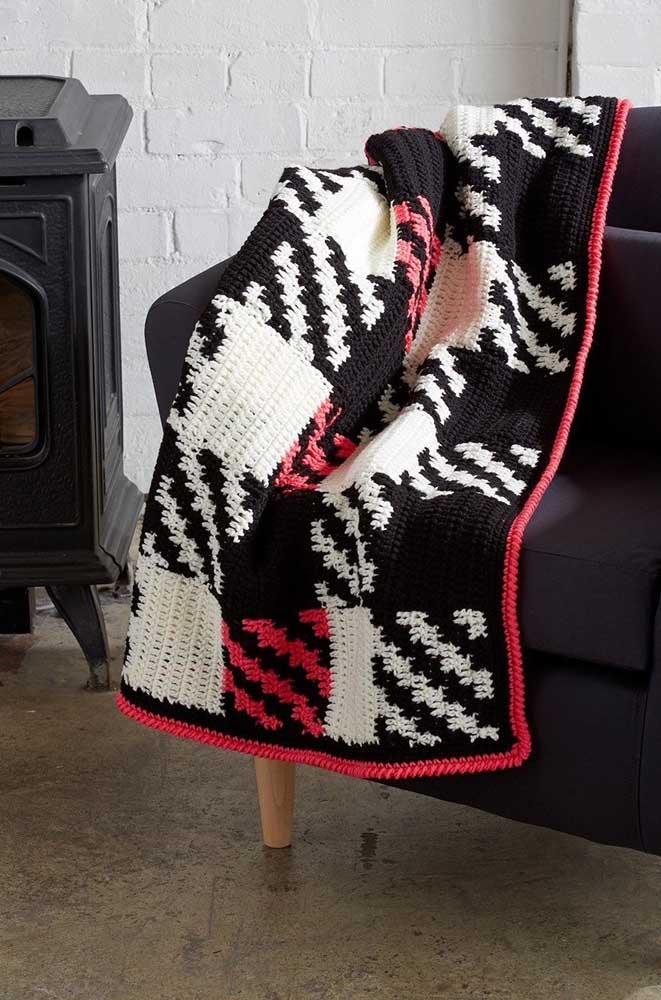 Manta de cores contrastantes feita em crochê Tunisiano para decorar a sala