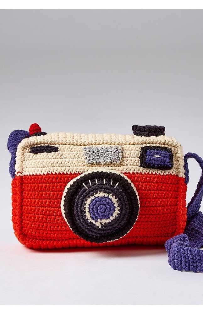 Bolsa em forma de câmera feita em crochê Tunisiano; repare nos detalhes caprichosos da peça