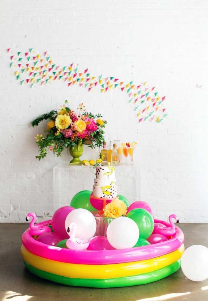 Para a festa na piscina infantil, a piscina de plástico pode ser usada para colocar o bolo de aniversário.