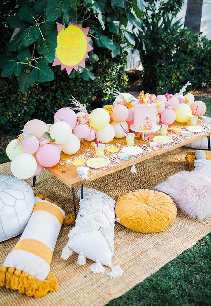 O bolo festa na piscina deve ser colocado em uma mesa decorado com balões.