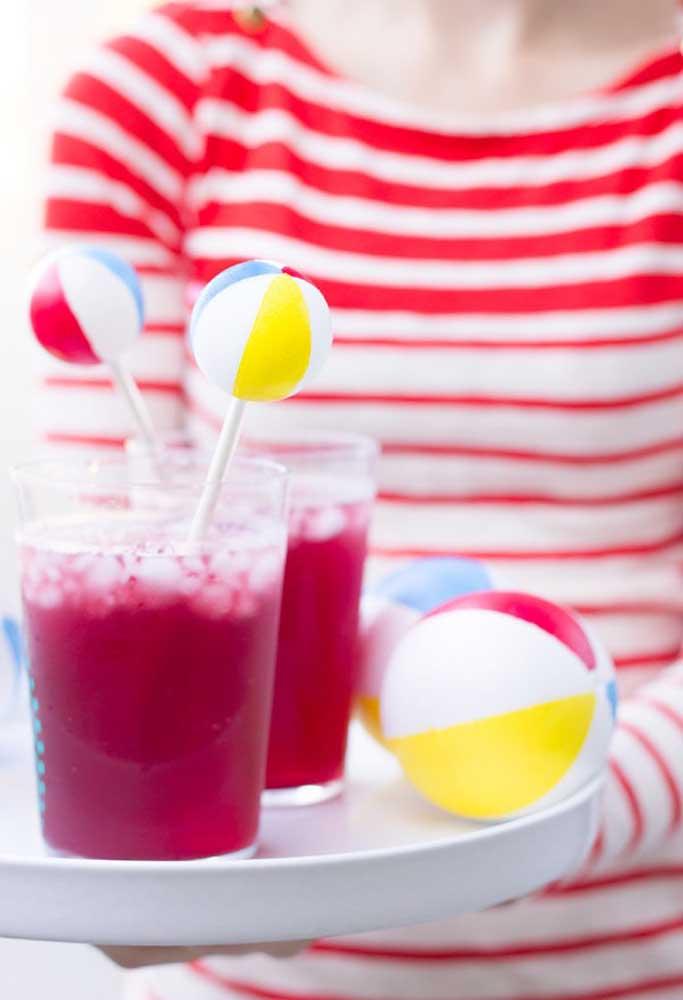 Na hora de servir as bebidas da festa, coloque algum item decorativo no copo.