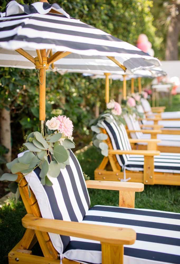 O que acha de fazer um arranjo de flores bem delicado para colocar nas cadeiras da festa?
