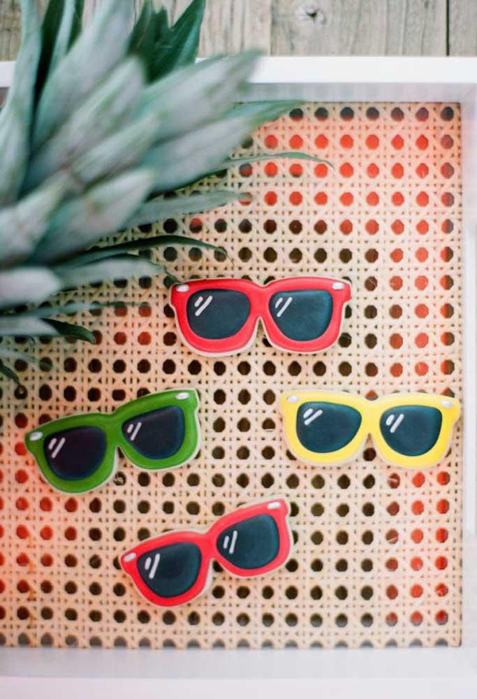 O óculos de sol é um dos principais elementos decorativos da festa na piscina.