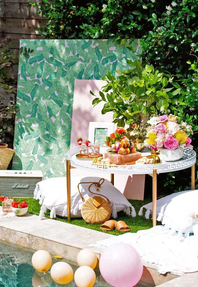 Ao invés de fazer uma mesa única para os convidados, coloque as comidas para festa na piscina em mesinha individuais.