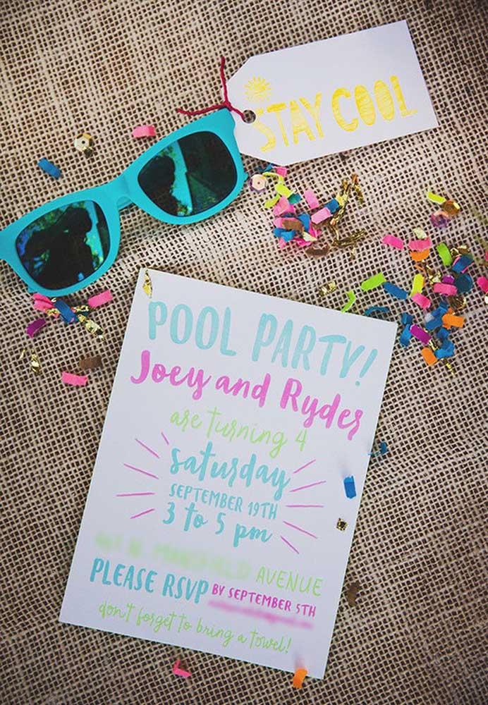 Que tal enviar um óculos de sol para os convidados acompanhado do convite festa na piscina?